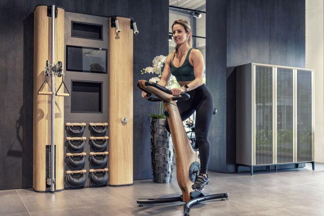 Durchtrainierte Frau beim Training auf dem NOHrD Bike